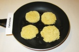 Шаг 8. Выложить котлеты на сковороду с разогретым растительным маслом.