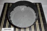 Шаг 6. Взять круглую, разъемную форму диаметром 20 см, застелить дно пергаментом