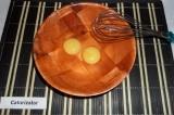 Шаг 2. В отдельной посуде венчиком взбить два яйца.