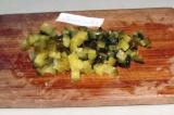 Шаг 3. Огурцы также нарезать кубиками и добавить в салат.