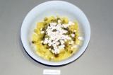 Шаг 4. Затем добавить аналогичные кубики плавленого сыра.