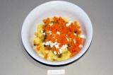 Шаг 5. Нарезать морковь и добавить в салат.
