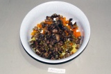 Шаг 7. Добавить в салат предварительно обжаренные грибы.