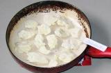 Шаг 2. Выложить сыр ровным слоем на сковороду.