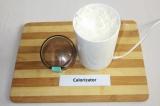 Шаг 1. Кокосовую стружку измельчить в кофемолке до состояния порошка.