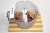 Шаг 4. Загрузить в блендер финики, орехи и какао.