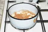 Шаг 2. Смешать шоколад, молоко, мед, ванильный сахар, ванилин, какао, довести до