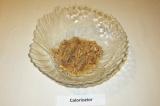 Шаг 1. Тунец переложить в салатницу вместе с жидкостью, при необходимости измел