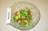 Шаг 7. Добавить авокадо к тунцу и помидорам.