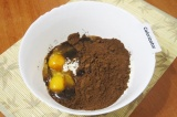 Шаг 1. В миску просеять 1 стакан муки, добавить сахар, какао-порошок, яйца.