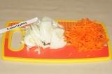 Шаг 1. Лук нарезать полукольцами, морковь натереть на крупной терке.