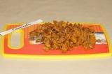 Шаг 2. Предварительно отваренные грибы мелко нарезать.