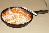 Шаг 3. Выложить рыбу на масло, покрыть майонезом, выложить морковь и лук, немног