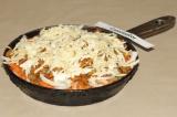 Шаг 4. Следующим слоем выложить грибы и майонез. Сверху посыпать тертым сыром.