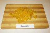 Шаг 1. Апельсин почистить, разделить на дольки, удалить с долек пленку, нарезать