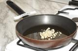 Шаг 2. На сковороде с разогретым оливковым маслом обжарить чеснок до золотистого
