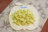 Шаг 1. Картофель очистить, помыть и нарезать кубиками.