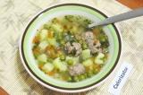 Готовое блюдо: суп с зеленым горошком и фрикадельками