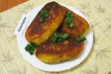 Готовое блюдо: картофельные пирожки с сардельками