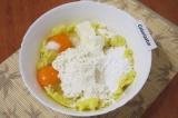 Шаг 3. Добавить к картофельному пюре яйца, мягкий маргарин, всыпать муку, крахма
