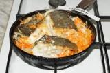 Шаг 4. Жарить рыбу с луком и морковью на среднем огне до золотистой корочки, зат