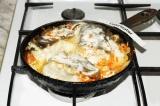 Шаг 5. К готовой рыбе добавить сметану, равномерно распределив ее на рыбу