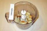 Шаг 2. В блендер сложить хлеб кусочками.