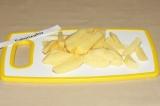 Шаг 2. Картофель нарезать соломкой.