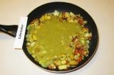 Шаг 9. Залить чечевичным пюре овощи, дать закипеть и снять с огня.