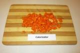 Шаг 3. Морковь очистить и нарезать небольшими кусочками.