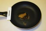 Шаг 5. На сковороду налить масло, положить семена горчицы и кумин. Обжарить 2 ми