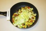 Шаг 7. Добавить картофель, капусту, асафетиду, соль и жарить под крышкой 10-15 м