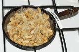 Шаг 4. Шампиньоны обжарить с луком на подсолнечном масле до золотистого цвета.