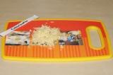 Шаг 5. В это время натереть сыр на мелкой терке.