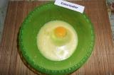Шаг 2. Добавить яйцо, снова взбить.