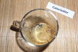 Шаг 3. В теплой воде растворить кофе.
