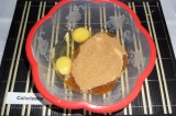 Шаг 2. Взбить яйца с сахаром.