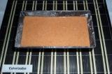Шаг 6. Форму для выпечки смазать, обсыпать мукой, вылить тесто в форму и убрать