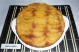 Шаг 10. Готовый пирог вынуть из формы и еще горячим перевернуть персиками вверх