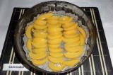 Шаг 6. Разъемную форму диаметром 24-26 см смазать сливочным маслом, дно выстелит