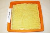 Шаг 3. Распределить тесто по большому противню или форме для выпечки. Сделать