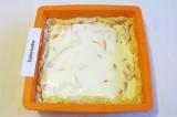 Шаг 7. Вылить заливку на персики, равномерно распределить ложкой.