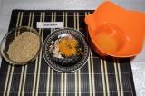 Шаг 4. Орехи измельчить до состояния хлебной крошки, снять цедру с апельсина, вы