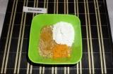 Шаг 5. Соединить ингредиенты для начинки: орехи, цедру, сок апельсина, сахарную