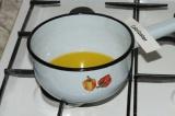 Шаг 2. Растопить маргарин на медленном огне, помешивая.