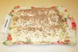 Шаг 12. Смазать верх сметанным кремом и посыпать торт тертым шоколадом.