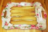 Шаг 7. На плоскую форму, в которой будет собираться торт, нижним слоем положить