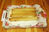 Шаг 8. Обильно смазать их кремом и выложить сверху 4 трубочки.