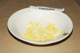Шаг 3. Два желтка мелко нарезать или натереть на терке.