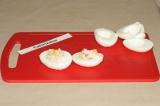 Шаг 7. Заполнить белки начинкой. Выложить фаршированные яйца на тарелку и подать